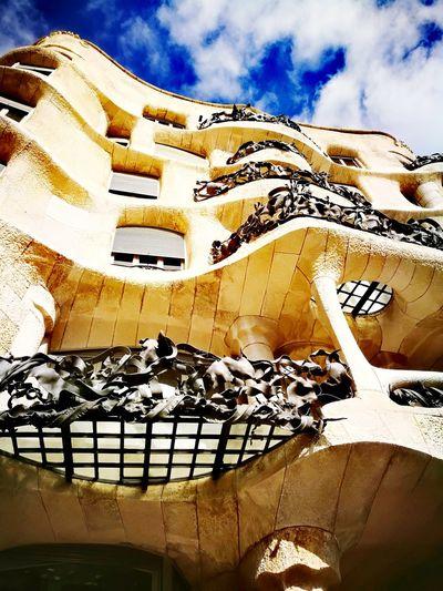 Cloud - Sky Low Angle View Built Structure Travel Destinations Architecture Barcelona, Spain Casamila Lapedrera Tardor/Autumn Otoño 🍁 Autumn Huwaei Photography Huwei P9 EyeEm Selects
