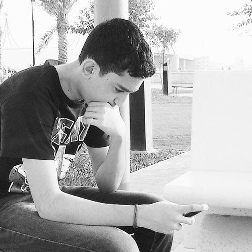 العيد عاد و عاد حزني لولاكَ ماذا العيد يعني فالبيت مهجور كئيب ما عاد يضحك أو يغني قد لانرى بعضا قريباً ما زال صوتكَ ملء اذني قدري بأن أحيا وحيداً ذكراك ذاكرتي و ذهني الناس تحسبني سعيداً و الطير يبكي فوق غصنِ فمن الهموم بنيت جسراً و من الجراح شدوت لحني تهوي على كتفي فؤوسٌ و كصخرة الوادي كأني لا يعرفون جحيم ليلي احتل العباب سرير جفني لا يسمعون بكاء قلبي و الحزن عاجلهُ بطعنِ إني أراكَ بعين عقلي يا بدرُ لا ما غبت عني كان الرحيل بلا وداعٍ أو عناقٍ أو تأني وا حسرتاه على الليالي ضاعت أعز الناس مني ما أوسع الدنيا و لكن هي عند ضيقي لم تسعني لك ذكريات لا تغيبُ و محاسنٌ فوق التمني انا مَلَني من كان عوني بل أي صبرٍ لم يخني ناديت يا نسيان اعني كم خاب بالنسيان ظني انساك لا انساك حتماً لو جاوز التسعين سني مقتبسة من الشاعر_كريم_العراقي و تم تعديلها لتتماشى مع الفكرة التي تختلجني سيد_أحمد_الشرخات
