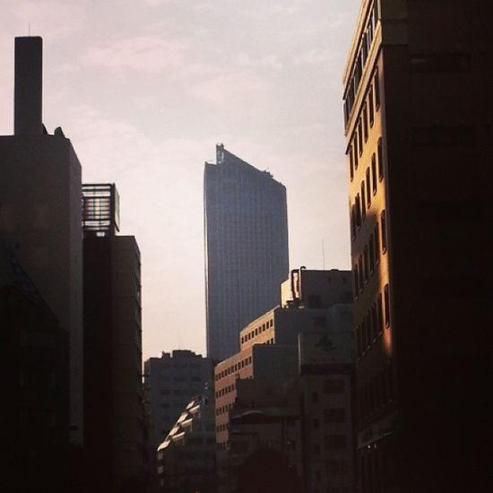 汐留から見た夕暮れの虎ノ門ヒルズ。高層ビルはこれ以上必要なのでしょうかね。