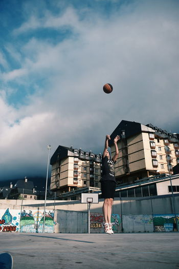 Hello. Outdoors Basketball - Sport Sky Cloud - Sky People Fun Nature_collection Landscape_collection EyeEmNatureLover Valle D'Aran Val D'Aran Sommergefühle
