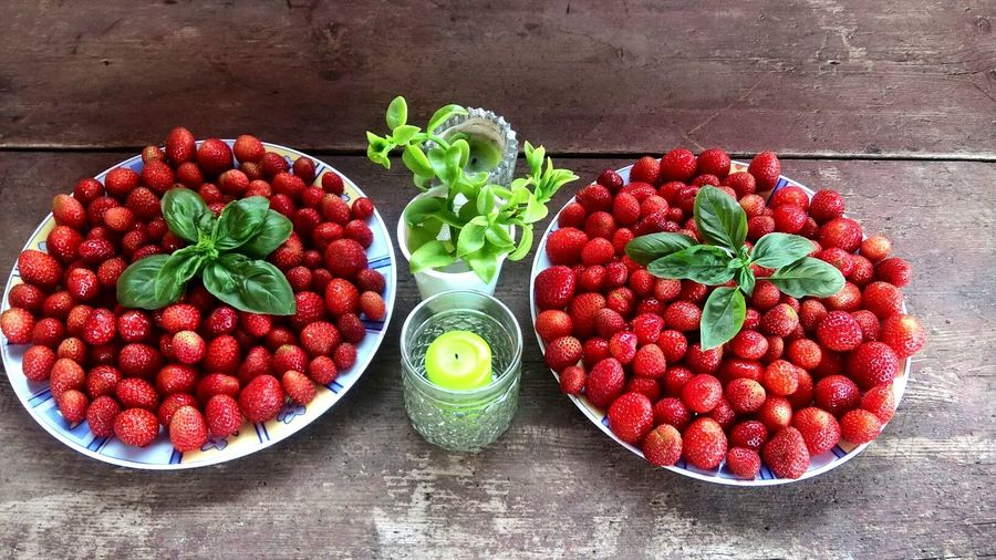 Erdbeeren Strawberries Sicily Italy Di Maletto Strawberry Fruit Freshness Food And Drink Berry Fruit Healthy Eating Food Still Life Red Raspberry Table High Angle View Dessert Plate Leaf