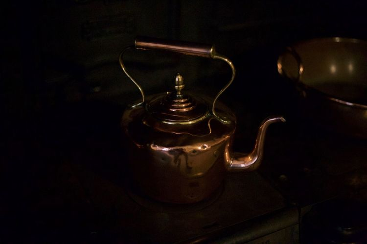 Indoors  Old-fashioned No People Vintage Close-up Oil Lamp Indoors  Lifestyles EyeEmNewHere Light Colourful Copper  Kettle Tea Teapot Lifestyle Countrykitchen Country Kitchen Stove Decor Shiny Metalic Handle Aga