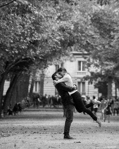 """"""" Quand il me prend dans ses bras, Il me parle tout bas Je vois la vie en rose (Edith Piaf)"""" Ensaio lua-de-mel. Lidia e Ravi. 📷🎉🗼👫💕 Weddingdress Mariagephotographe Mariage Photoparis Photography Weddingphotography Mariagephotographe 263photo Paris263 Ensaiosemparis Fotógrafobrasileiroemparis Brasilianphotographeinparis Conexaoparis"""