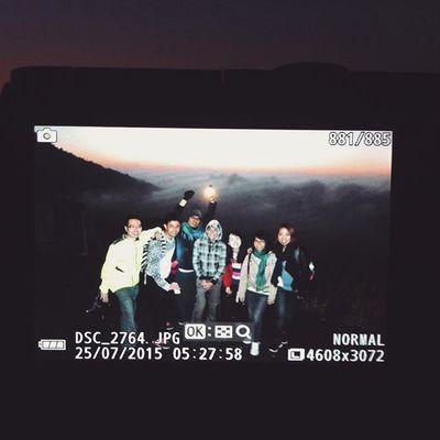 Menunggu terbitnya mentari di atas Puncak Gunung Galunggung.. Mountain Sunrise Galunggung Travel INDONESIA Hike Earth