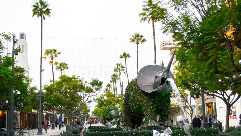 Third Street Promenade in Santa Monica - From our 3-day tour in Los Angeles 3 California Cat City Friendlylocalguides Landscape Los Losangeles Monica Nature Palms Park Photography Promenade Santa Street Streetphotography Third Traveling USA Visit Walking Winter Ángeles