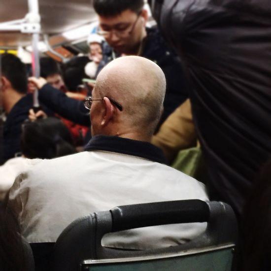公交上睡的迷噔噔的一抬头,哎呀!这不是老白的脑袋嘛!瞬间来了这么一张照片~ Breaking Bad The Old White Passer-by