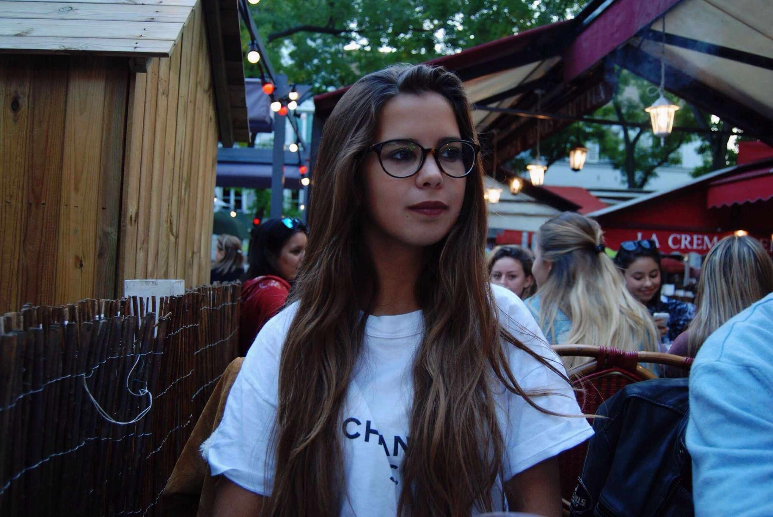 long hair, leisure activity, lifestyles, casual clothing, young women, person, front view, young adult, beauty, looking at camera, beautiful people