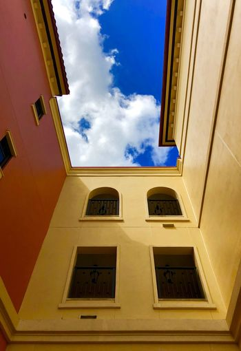 Contrastes Contrast Blue ShotOnIphone IPhoneX Iphonephotography IPhoneography Window Architecture Built Structure Low Angle View Building Exterior Sky Cloud - Sky Yellow