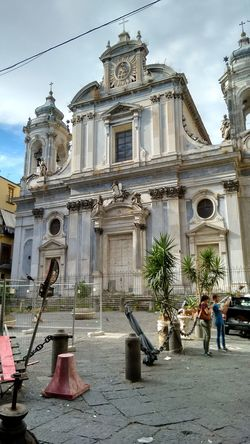 Arte tra l'arredo urbano.. Napoli Italy Architecture Church Street Photography Urban Urban Lifestyle From My Point Of View