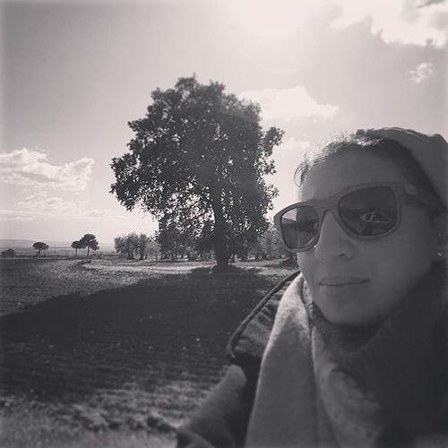 Me and the oak 😆 Oak Bigoak Selfie Countryside Campagnapugliese Campagnafoggiana Provinciadifoggia Italy Puglia Apúlia Blackandwhite Relaxingtime Peaceful Volgofoggia Thisispuglia Weareinpuglia Welovepuglia