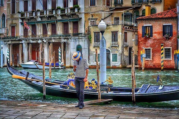 Venezia Venice Venedig Gondel Gondola Italy Italia Driver Looking Down Smartphone Hat Stripes Striped T-shirt Nikon D5200 Nikon D5200 Nikonphotography Travelphotography Traveling City Life Trip Streetphotography