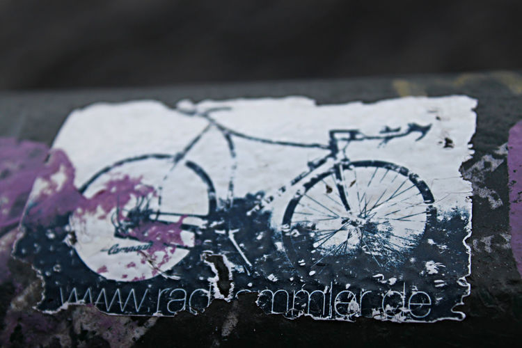 a sticker shows a bike as a symbol for alternative living Art And Craft Aufkleber Bicycle Celebrate Your Ride Creativity Fahrrad Focus On Foreground Ideas Metal No People Platzhalter Sticker Symbol Symbolfotografie Urban