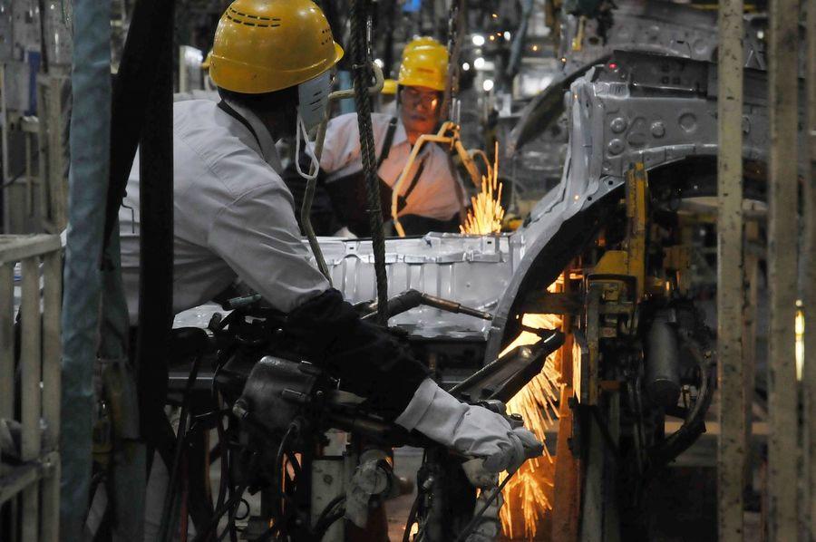 Industry Mid Adult Metal Industry Working Only Men Adults Only Adult Mid Adult Men Effort Protective Glove Factory Workshop Indoors  Occupation Manual Worker Skill  Protective Workwear Men Steel Worker People