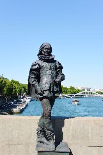 Un homme statue tout de noir vêtu sur le pont d'Iéna à l' EEA3 EEA3-Paris The Global Eyeem Adventure - Paris Eyeem Meetup Paris Iéna's Bridge