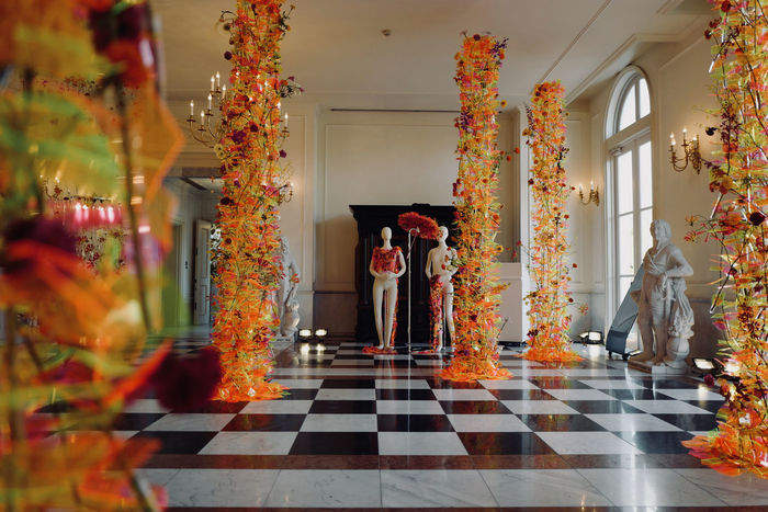 "Special Exhibit ""Symbiose ( 共に生きる)"" Full Colors Of Autumn Full Colors  : Floral Design Max Van de Sluis 🇳🇱 マックス ファンデスロイス(花の世界大会2016金賞受賞)in Palace Huis Ten Bosch, Sasebo Japan Nagasaki / Leica Q 28mm f/2.0 なんちゃってSUMMICRON Low Position No filter No Flash No crop handheld de Good evening Huis Ten Bosch October 2017 Spatial Design Walking Around Taking Pictures Architecture Decorative Dolls Flower Full Colors  Indoors  Interior Photography Statue ふたり ハウステンボス 佐世保市 長崎県"