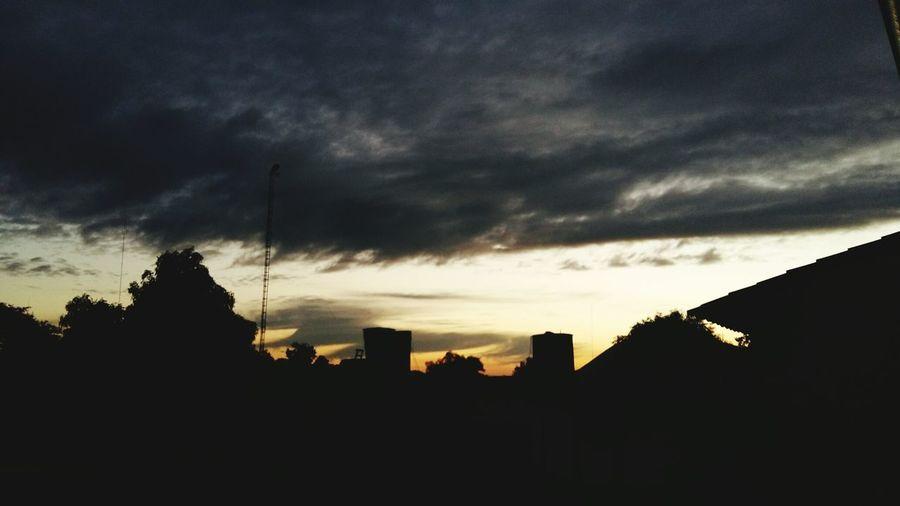 Atardecer Frio 11grados Otoño 🍁 Seacercaelinvierno Sunset Paraguay Tierra Bendita Nubes Cielo Gris Happy