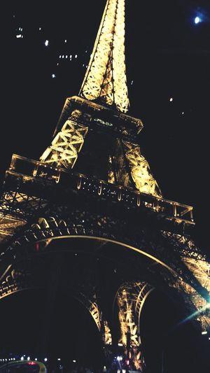 Qu'est ce que le temps passe vite. Cette photo me ramène a de nombreux souvenir que je n'oublierai jamais. Night Lights Paris Street Photography Famous