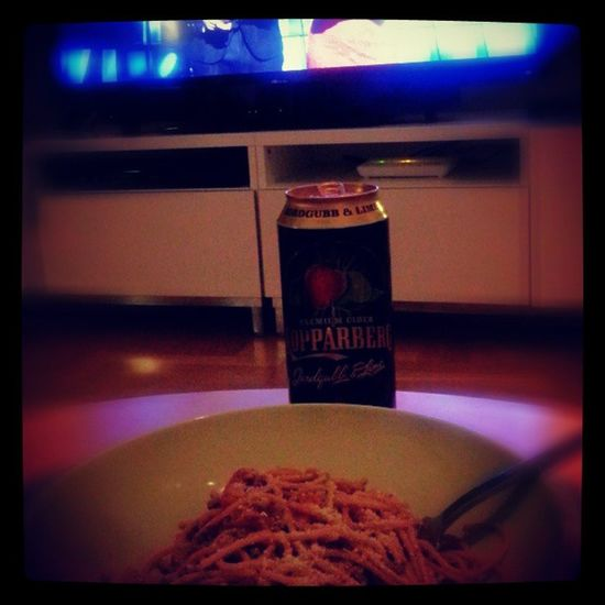 """After 8 hours stressing day at work it's time for me to relax and chill ;-) My """"Spicy Garlic Spaghetti in Olive oil"""" and some light cider and of course... Melodifestivalen :-D Middag Relax Melodifestivalen"""
