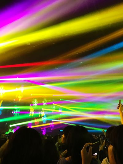 Enjoyment Fun Real People Multi Colored Leisure Activity Large Group Of People Togetherness Nightlife Crowd Men Lifestyles Night Illuminated Arts Culture And Entertainment Audience Popular Music Concert Carefree Music Festival Stage Light Women チームラボ 渋谷 Jungle