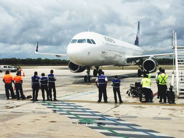 Otro vistazo al Volaris en Cancún Volarismexico CancunMexico🌙 Cancun☀ Aeropuertos Vacaciones🌴 Turismo