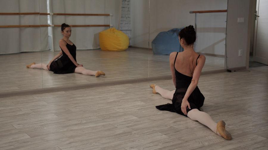 Ballet dancer doing rehearsal at studio