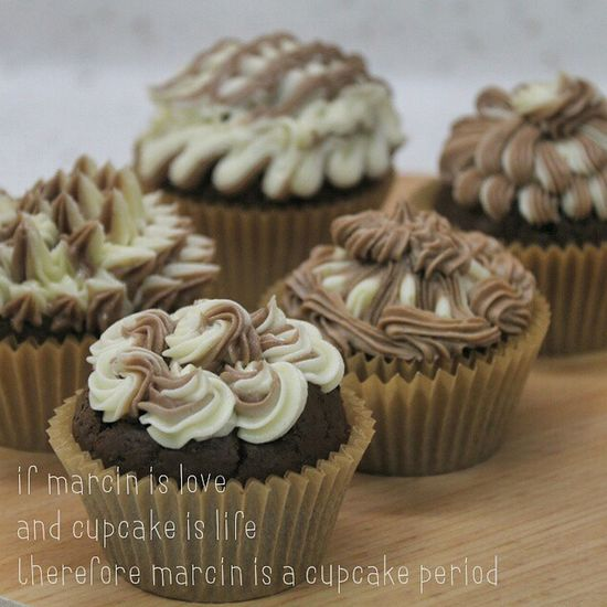 Almond-chocolate cupcakes with ombre buttercream frosting. @marcin_zuz Desserts Cupcakelovers Cupcakes Cupcakedesigns Foodporn Foodphotography Cupcake Cupcake Colors Cupcake Time