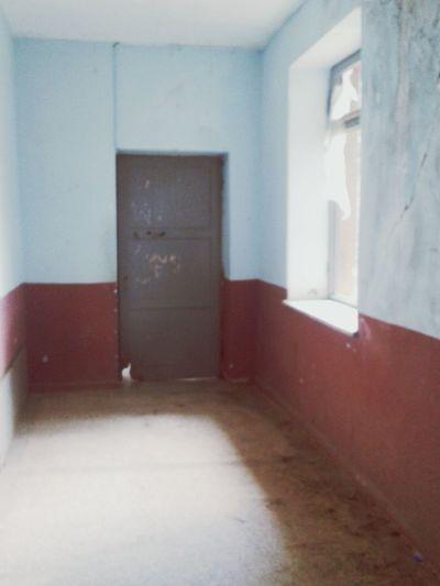 Yolumun düştüğü küçük bir köyde dolaşırken rastgeldiğim bu eski köy okulunun boş sınıfları , rutubetli koridorları ve kırık kara tahtalarını garip bir şekilde ilham verici buldum. Oldschool Tbt Summer Corridor Brokenwindows Abitsorrow Ramble On