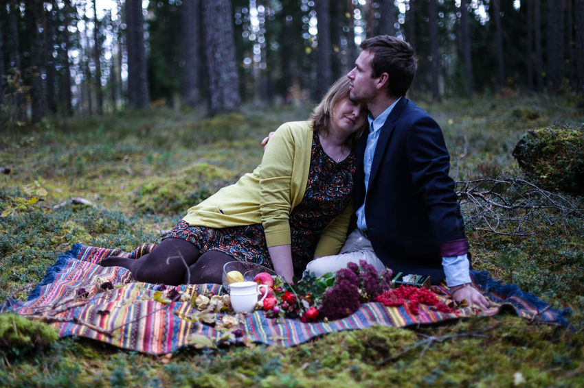 Adult Adults Only Casual Clothing Couple - Relationship Day Forest Heterosexual Couple Leisure Activity Love Men Nature Outdoors People Picnic Picnic Blanket Relaxation Romance Sitting Togetherness Tree Two People Women