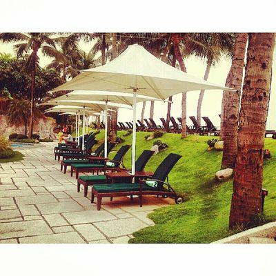 White Big Umbrellas... Sofitelmanila Sofitel Luxuryhotel Itsmorefuninthephilippines travelphilippines discoverphilippines travelmanila phonephotography samsungphotography s2