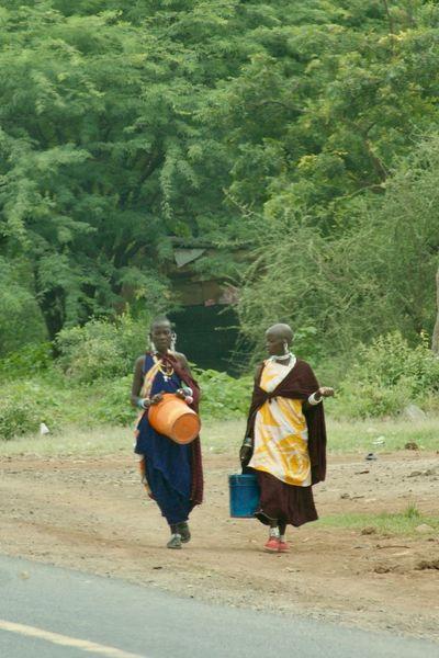 Mujeres masai Tanzania Working Adult Africa African People Chatting Masai People Road Two People Walking