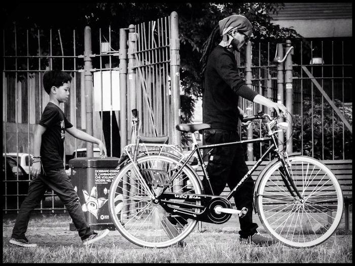 EEA3-Milano Milano Blackandwhite Modern Father Streetphotography