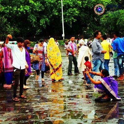 It happens only in India, especially in Mumbai (Bombay ). Please visit Gateway of India for more interesting poses 😀😉😛 Bombay Mumbai Mumbaimerijaan Gatewayofindia Tajmahalhotel India Funnypictures FunnyPoses Picoftheday Aamchimumbai Wassupindia