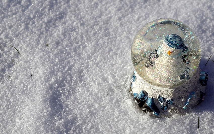 Schneekugel im Schnee Licht Light Schnee Schneekugel Schneemann Snow ❄ Snowglobe Snowman⛄ Sonne Sun Winter