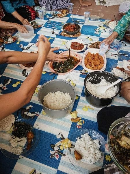 Neighbors The Photojournalist - 2016 EyeEm Awards Neighborhood Fun Neighborhood Neighbors Foodphotography Traditional Culture Traditionalfood Gathering Gather & Celebrate Gatheringslikethese Happy Meal Quality Time Quality Moment Friendship Sisterhood Ladies Only  Ladiesincolour Ladies Who Lunch Diversity