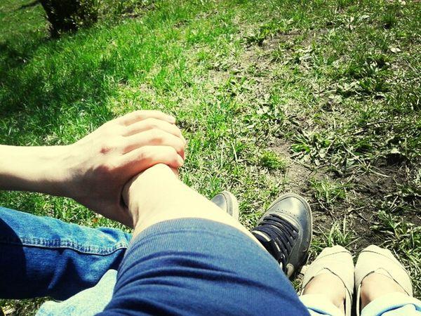 На траве. Под солнцем. Май.