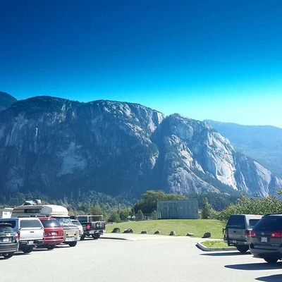 Stunner September day! Not a bad view while I wait to pick up my daughter👌 Squamish Afterschool  Highschool StawamusChief Granitemonolith Howesound Seatosky Outdoors Beautifulbc Mountainlife Summersnotoveryet Natureisamazing