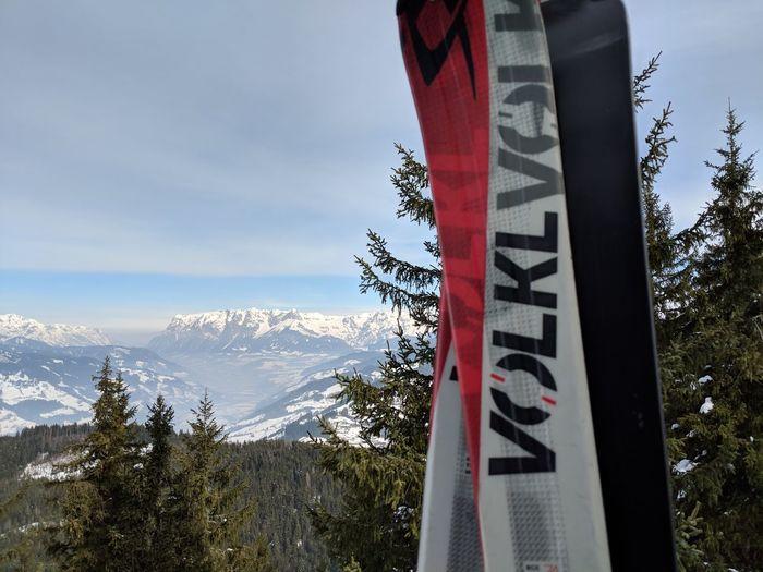 Skis overlaying