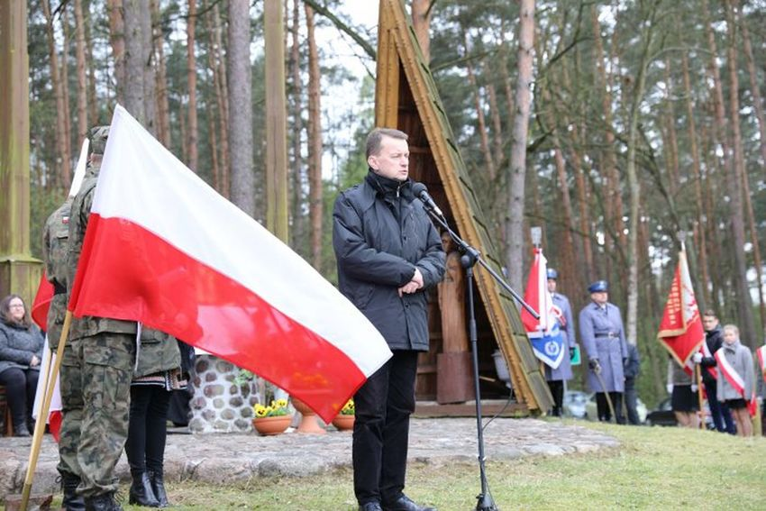 Moje najlepsze zdjęcia Only Men One Mature Man Only Forest Patriotism Flag kampinos