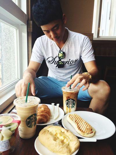 兩個自以為亞大的學生在過討厭的星期一 Cafe Latte Coffee Monday Enjoying Life Morning Hot Day Friends Classmate