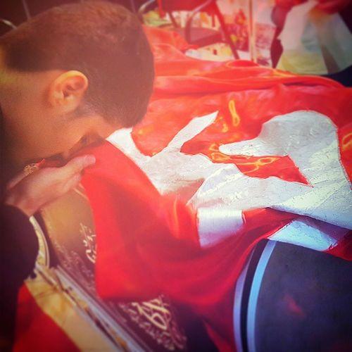 . پرچم مطهر گنبد حرم حضرت امام حسین علیه_السلام . . . . در نمایشگاه شفیعه در پارکینگ حرم مطهر حضرت معصومه سلام الله علیها . دوستان قمی بجنبید که 3 روز دیگه تموم میشه