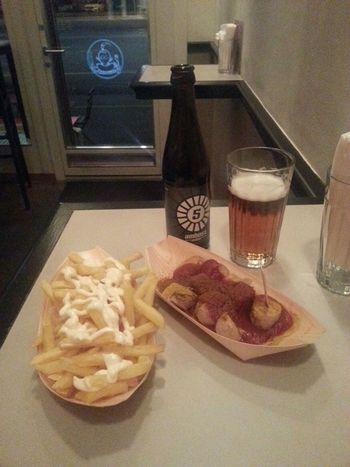 'ne Currywurst mit pommes und bier in Zureich. fuer 15 franken. was man so tut in totaler Notdurft. Berliner bitte wegschau'n ;-(