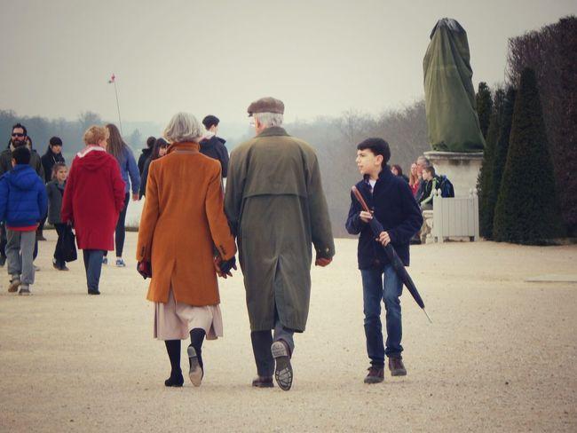 Paseo con los abuelos. Palacio de Versalles, Francia. Marzo de 2014.
