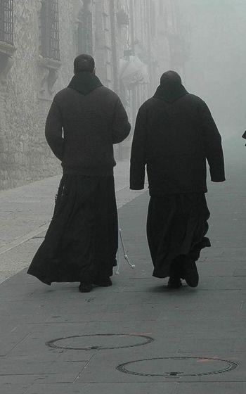 Aureole E Frati Assisi Frati Nella Nebbia Ombre B&w Italy Path People Franciscan Friars