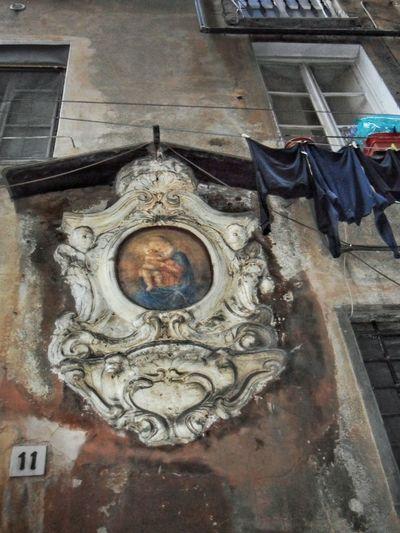 Madonna Con Bambino Bucato Centro Storico Di Genova Caroggi Panni Stesi Religious Art Medaglioni Affresco Marmor Façade Laundry Low Angle View Vicoli Di Genova Alleysof Genoa Outdoors Caroggi Hystorical Centre