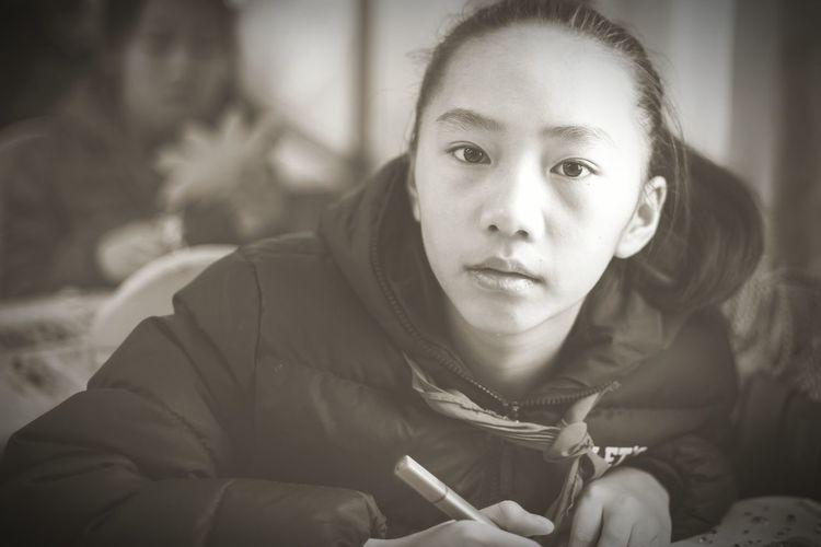 儿童 学生时代 记忆 中国 Portrait Young Women Headshot Beautiful Woman Looking At Camera Women Close-up Thinking Asian  Smoking