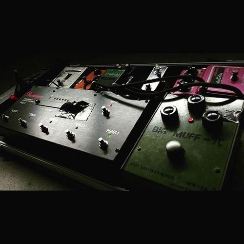 久々にエフェクトボード出してみましたが、 どこ踏んだら何の音出るか完全に忘れてますね、はい。 Guitar ギター Guitarist Guitars エフェクター エフェクターボード EFFECTOR Effects EffectsUnit Effectspedals BigMuff BigMuffPi Electroharmonix FUZZ Maxon Delay Xotic Booster MXR Phase90 Phaser Boss Tremoro KORG Tuner providence band bands music rock