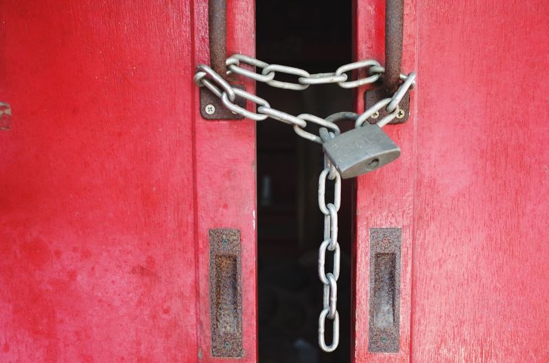 Key Shrine Metal Chain Red Safety Lock No People Entrance Door Protection Wall - Building Feature Close-up Security Day Padlock Built Structure Hanging Closed Outdoors Architecture Connection The Still Life Photographer - 2018 EyeEm Awards The Still Life Photographer - 2018 EyeEm Awards The Still Life Photographer - 2018 EyeEm Awards