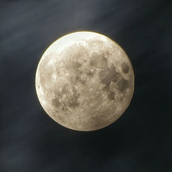 『スーパームーン2015』 2015年9月28日撮影、記事は29日 昨晩の夜空は雲が流れていた 切れ間を探していたけど イマイチ納得出来ずに待機 そして 爆睡! 目覚めたら 朝でした(ーー;) それでも 堕ちる前のお月様をヽ(´o`; Hello World The Moon Full Moon Super Moon