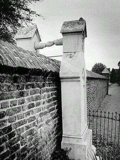 Tumba De Una Mujer Católica Y Su Marido Protestante, Que No Se Les Permitía Ser Enterrados Juntos. Países Bajos, 1888