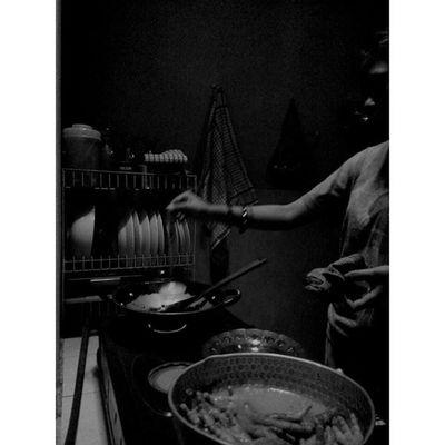 """ sedikit Rasa untuk penambah rasa "" Wanita WanitaIndonesia Diantara Dapur dan Ceritapagi Hitamputih Bayang Bahagia Bahagiaitusederhana Masak Blackandwhite Silhouette Shadows Woman Cooking Kitchenstories Morningstory Titik_tiga Lenovotography Photooftheday Photophone  Lzybstrd Photo Pocketphotography"